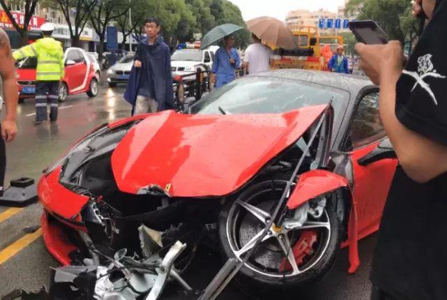 台州街头法拉利与宝马惨烈碰撞 女司机:法