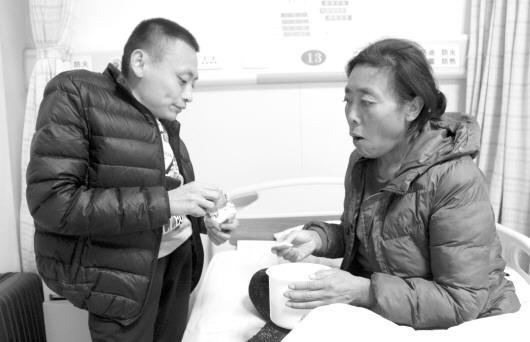 病重小伙两次呼吸衰竭 母亲因癌去世后卖字自救