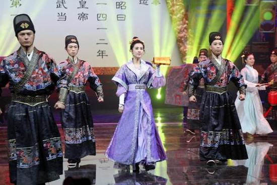 黄圣依助力央视《魅力中国城》女官造型英气十足