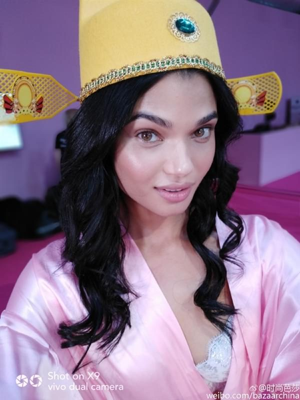 维密超模持国产手机自拍:粉色睡衣诱惑的照片 - 7