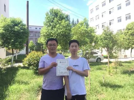 双胞胎兄弟收到北大清华录取通知书 父母都是教师