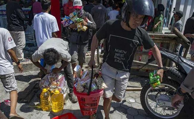 印尼强震致食物短缺 居民打劫超市疯抢饼干手纸