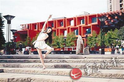 国泰艺术中心前,赤脚站在石阶上。