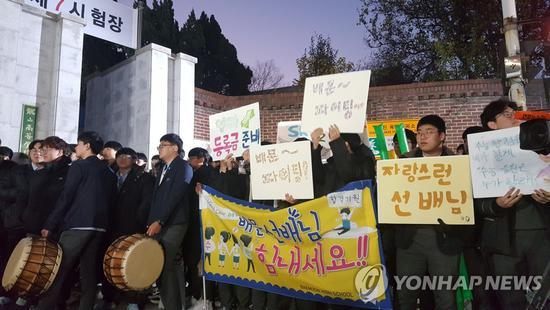 韩国高考日:后辈跪地磕头助威 高喊学长不复读