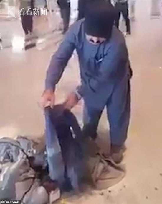 航班延误又撤销 男人怒烧行李踢飞灭火器求拘捕