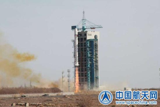 """长征二号丁运载火箭成功发射""""张衡一号""""卫星(图)"""