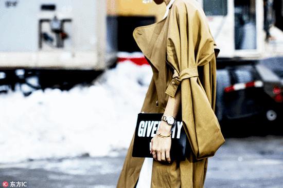 时髦的女人出门都不背包了 只拿手包