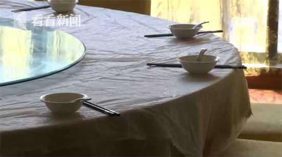 炒面掉地店家重做 2分钟新盘上桌顾客吃出碎瓷片
