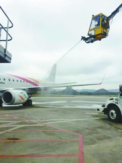 贵阳机场飞机地勤公司正式启动除防冰工作