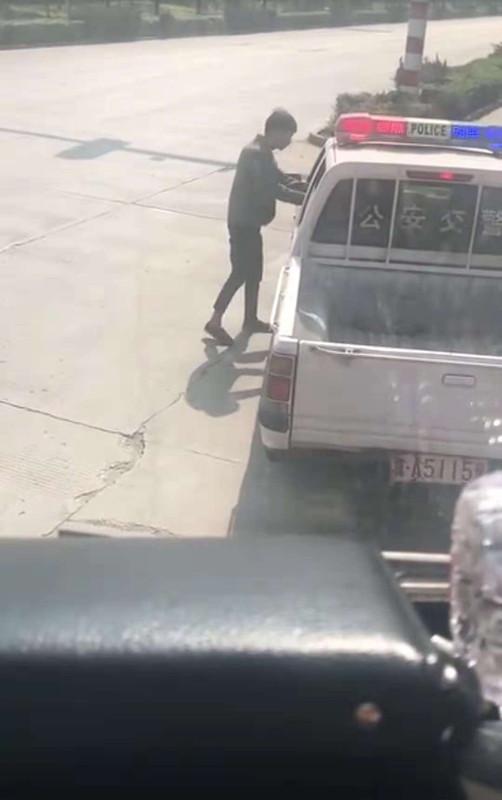 石家庄通报交警收中华烟:1人被停职两辅警被辞退