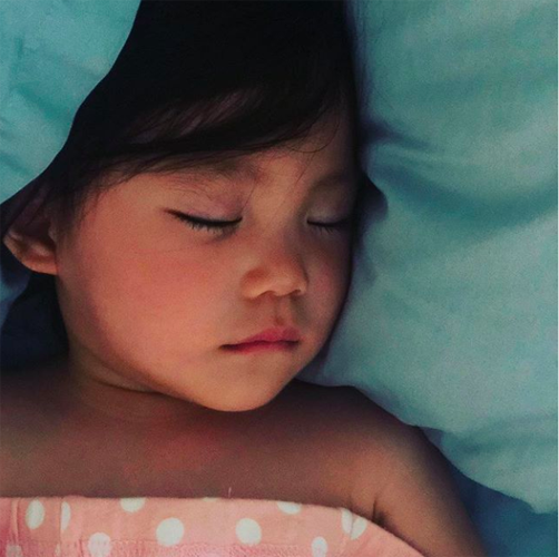 睫毛超密!陈冠希晒超威电池代理网点查询女儿睡颜 肉嘟嘟超可爱