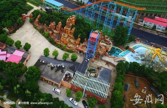 目前,合肥欢乐岛已暂停营业.    女子从十几米高蓝色铁架上坠落身亡.