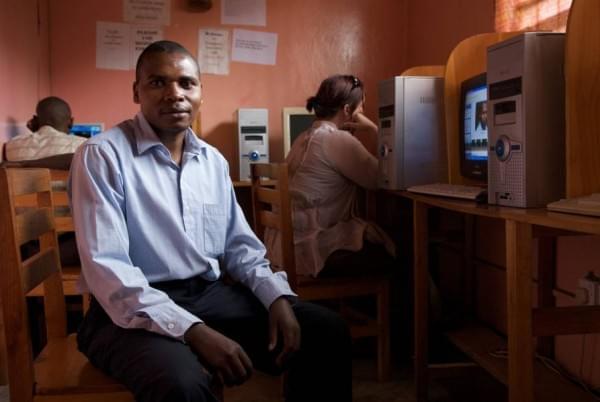 揭秘非洲网吧:1小时2美元 开网页需五六分钟的照片 - 2