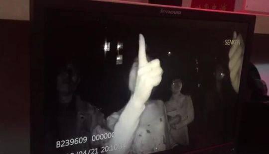女子2分钟掌掴警察8次 当地地税:系分局副局长妻子