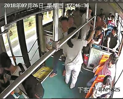 数十乘客30秒下车,公交车变救护车及时送医救回宝宝