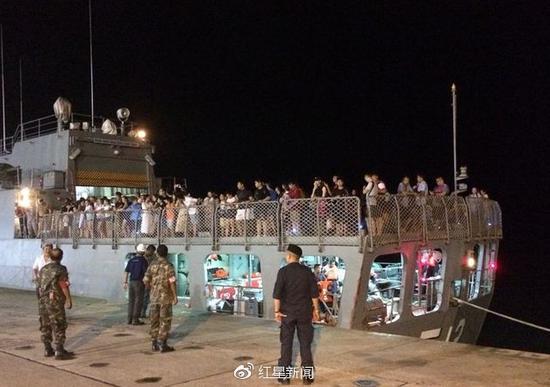 泰国军舰接回被困游客(图自:泰国网)