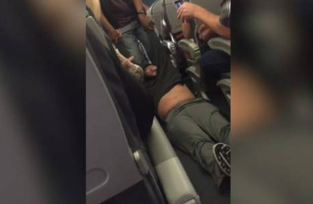 美联航CEO为暴力拖乘客下机致歉 声明措辞遭质疑的照片 - 1