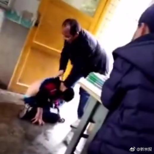 贵州一中学教师殴打学生 手掐脖子按倒在地