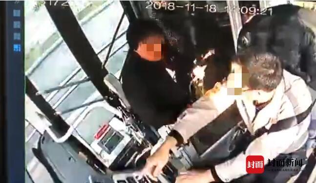 女子為讓公交停車搶奪方向盤 被乘客一把抱住