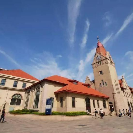 青岛火车站由德国人魏尔勒和格德尔茨设计,由钟楼和候车大厅两大部分
