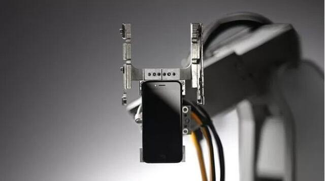 11秒解体一台iPhone 苹果拆解机器人Liam