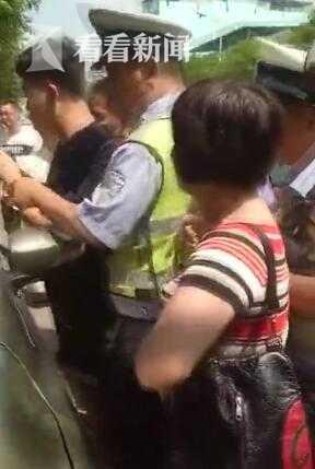 小孩被塞车内群众围堵人贩子 警方核查:是亲妈