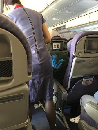 女子在往香港的飞机上,喝到烂醉狂吐.(图片来源:脸谱网)