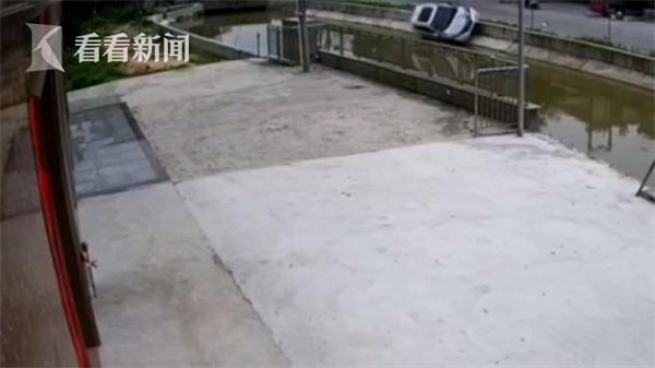 轿车避让货车翻进水沟沉入水底 居民砸窗救出2人