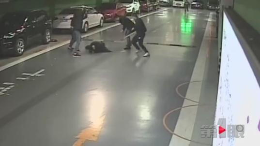 涉黑团伙车库内持刀和钢管互砍 警方公布独家视频