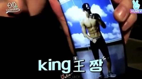 """EXO灿烈""""半裸自拍""""意外曝光 打赤膊露六块腹肌"""