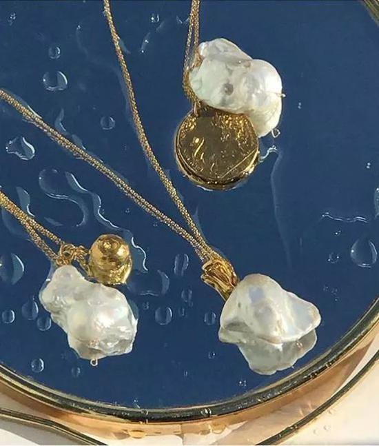 """今年时髦女们的喜好有残缺 是因珍珠里的""""丑八怪"""""""