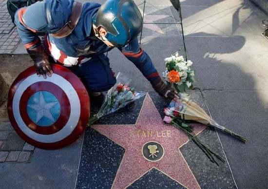 """漫威之父斯坦李低调下葬 """"美国队长""""为其献花悼念"""