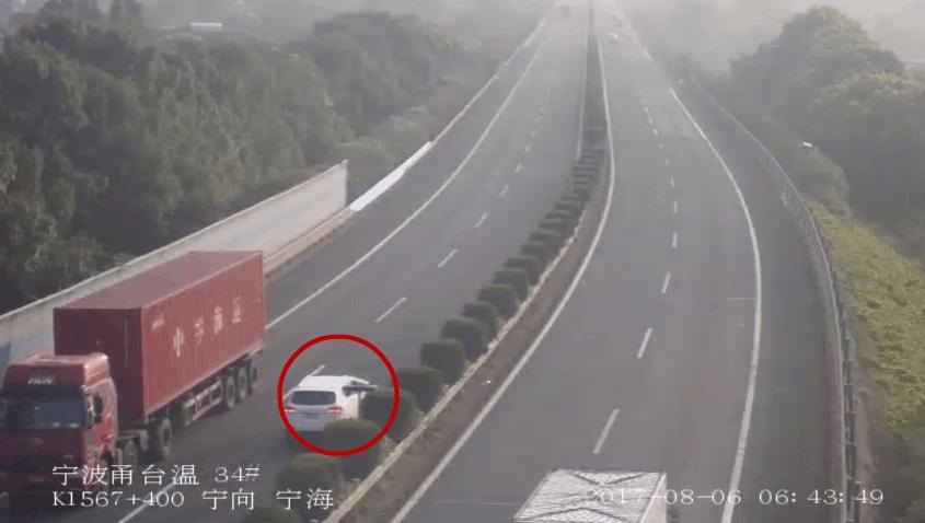 这辆SUV为省过路费 在高速变道疯狂逆行近20公里