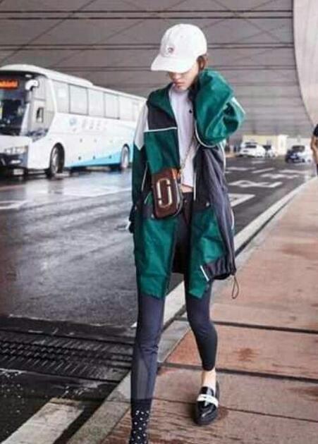 穿一只袜子是时尚?周冬雨这身打扮被吐槽