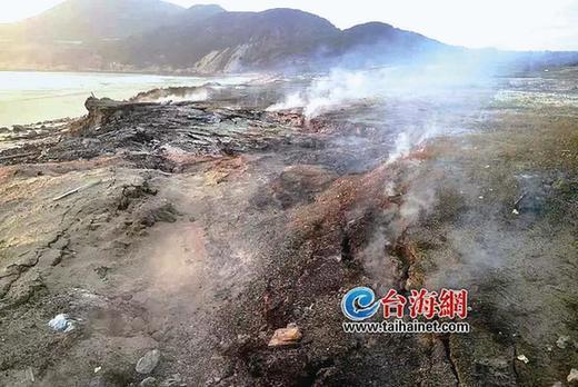"""福建漳州一海滩现罕见""""自燃 """"现象 大雨都浇不灭"""