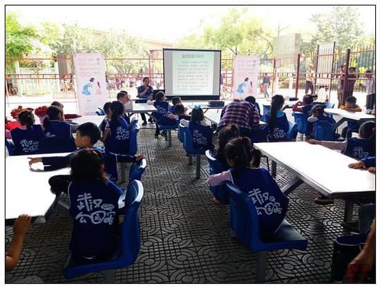 插花活动开始后,每组5位小朋友一同跟随专家老师的步骤,学习制作插花