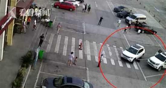 女孩蹲在越野车前系鞋带 司机未察觉直接开车碾过
