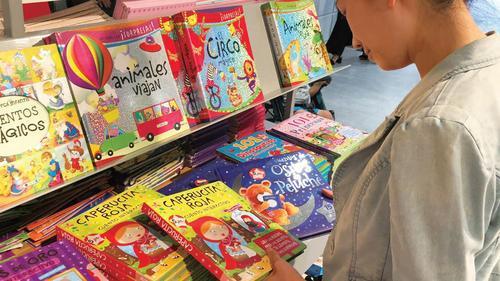 中国侨网在西班牙马德里市区一华人正在书店挑选儿童书籍。(《欧洲时报》梦唐 摄)