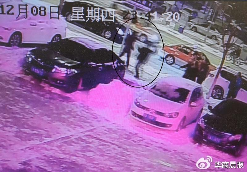 监控视频显示,众人追打出租车司机 华商晨报记者 蔡敏强 翻拍