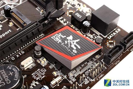 主芯片组:Intel B250 CPU类型:支持Intel LGA 1151接口处理器 内存类型:支持DDR4 2133/2400MHz内存 板型:mATX板型 I/O接口: HDMI+DVI+VGA USB接口:6*USB3.0,6*USB2.0 SATA接口:4*SATA3.0+M.2接口 显卡插槽:1个PCI Express X16 插槽 扩展槽: 2*PCIE X1 网卡芯片:RTL8111H 千兆 音频芯片:ALC662 6声道 供电/电容: 6相,尼吉康音响电容