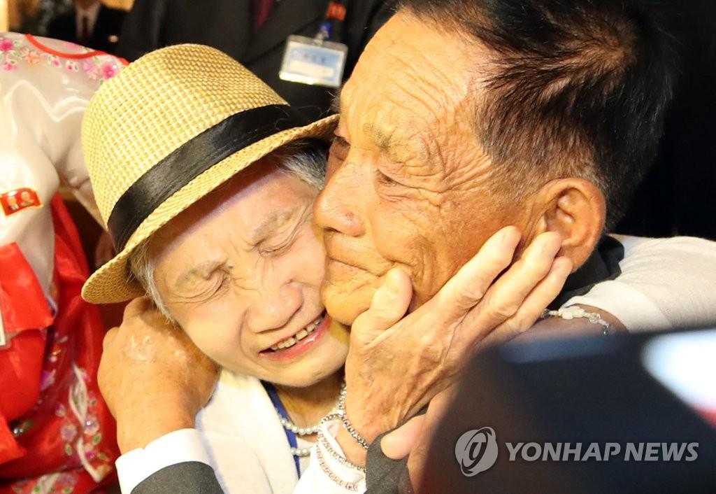 心酸!朝韩离散家属团聚 71岁老人一边喊妈一边哭
