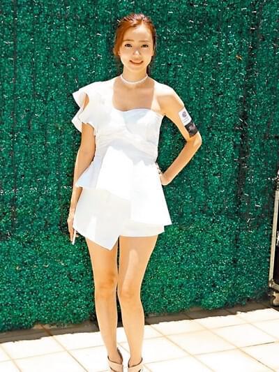 在昨天《夺命追凶》的拜神活动里,李思欣的露肩装衬短裙最为抢镜。