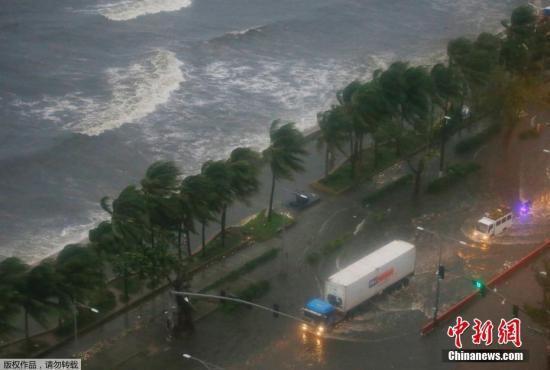 """台风""""山竹""""袭菲3人死数万人受影响 百余架航班停飞"""