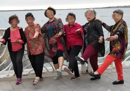 """参加""""九方愉悦、蓝天之旅""""旅行团的老人们(图片来自网络)"""
