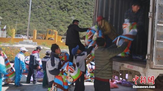 西藏昌都市官方通报,10月11日凌晨4时许,西藏昌都市江达县波罗乡境内的金沙江两岸发生山体滑坡,滑坡体量大,主河道被堵,导致水位上涨迅猛,形成堰塞湖,部分桥梁和农田被淹,目前无人员伤亡的报告。图为波罗乡小学师生正在转移中。中新社记者 昌都市宣传部供图