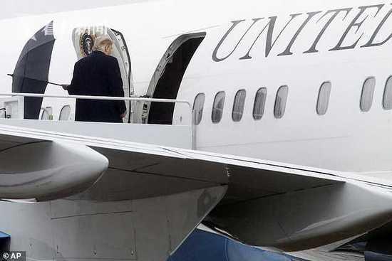 特朗普机舱口不收伞直接扔 网友:他可能心情糟透了