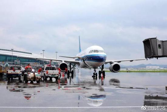 广州的雨有多大?白云机场被暴雨覆盖变码头了