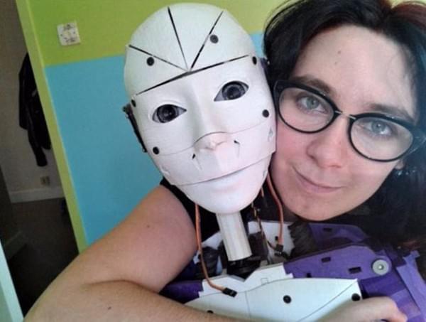 机器人来发狗粮 法国一女子与机器人订婚的照片 - 1