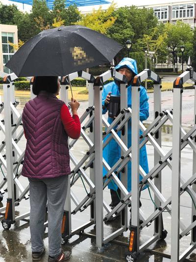 上海年学费十几万学校食堂蔬菜霉变 供应商被立案