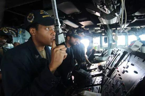 马斯汀号上的美军舰员正在指挥海上补给。